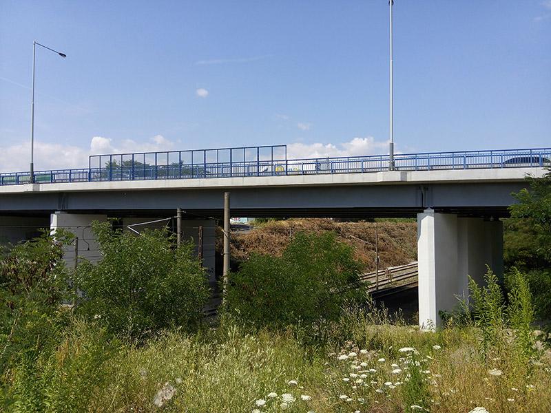 Most přes železniční trať Štěrboholská